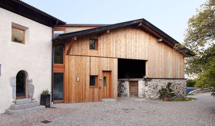 Ferienhof ObermoarEl Obermoarhof está rodeado de huertos en las afueras de la aldea Tschirland en Tirol del Sur. En la finca que aparece desde el siglo 15 se integraron dos apartamentos.
