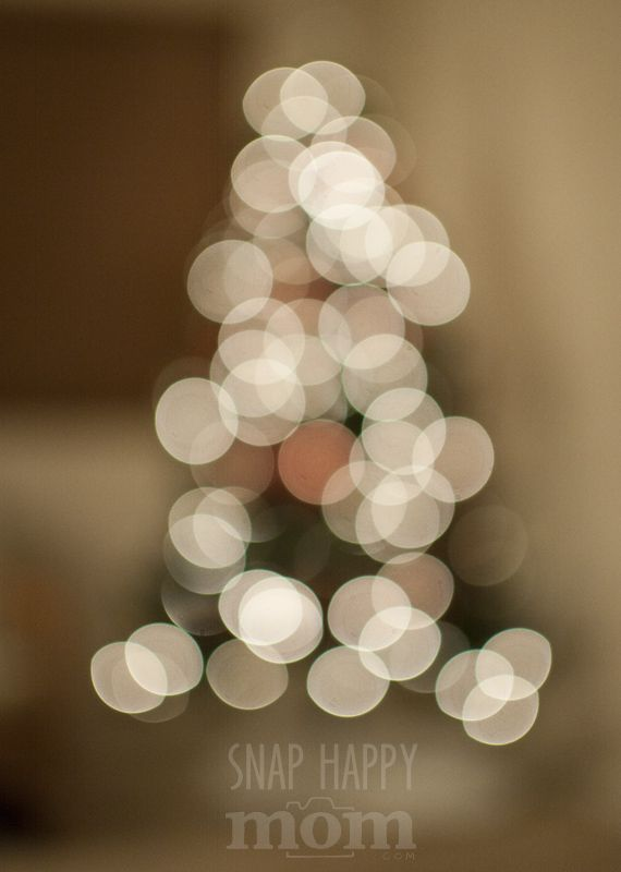 How To Take Artistc Pictures of Christmas Tree Lights - www.SnapHappyMom.com