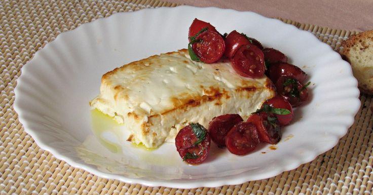 Feta al forno ricetta facile: come preparare la feta greca cotta in forno, con crosticina croccante accompagnata da pomodori confit alle erbe