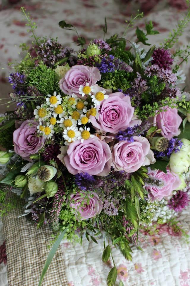 Letná kytica s fialovými ružami 50 € http://www.kvetysilvia.sk/donaskova-sluzba/