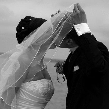 romantiskt svartvitt bröllopsfoto bakom slöja - BröllopsGuiden