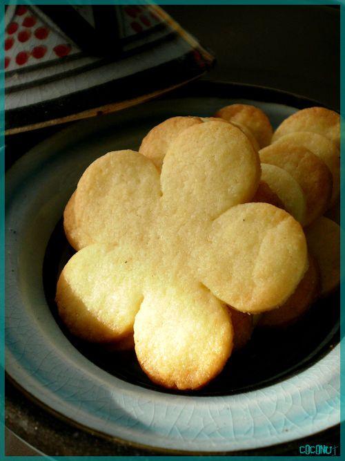 Tea time … ? Ingrédients (20/30 p'tits sablés) : – 125 g de farine, – 60 g de sucre semoule, – 1 jaune d'oeuf, – 1 p'tit bouchon d'eau de fleur d'oranger, – 50 g de beurre, – 1 pincée de sel. Mélanger la farine et le sucre dans un saladier. Ajouter le beurre froid couper en dés ainsi que le sel. Sabler le mélange entre vos doigts et ajouter le jaune d'oeuf. Pour lier la pâte et pouvoir la mettre en boule, ajouter le bouchon d'eau de fleur d'oranger. Si la pâte est trop molle ajouter un ...