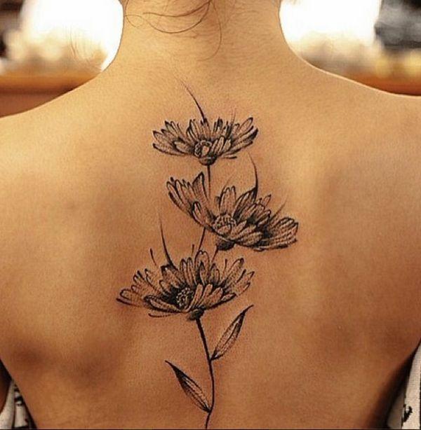 Tattoo mit Blumen am Rücken