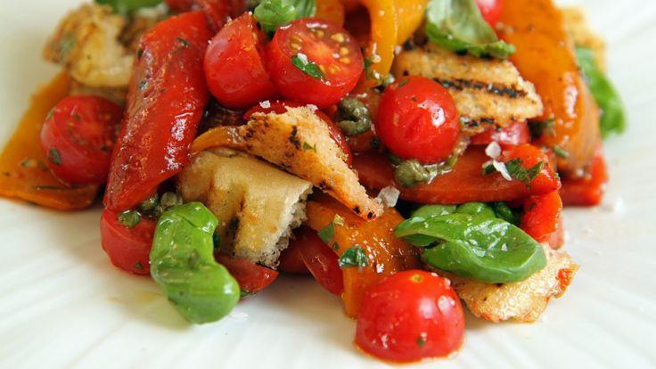 Lise Finckenhagens oppskrift på salat med grillet paprika, brød, tomater og basilikum.