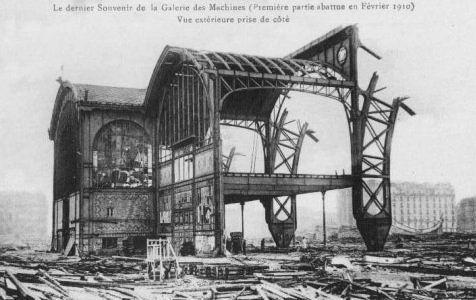 Paris, démolition de la galerie des Machines en 1911. Le Palais des Machines construit pour l'Exposition Universelle de 1889, dont la principale attraction était la Tour Eiffel, était situé au fond du Champ de Mars devant l'Ecole militaire. La galerie des machines occupait toute la largeur du terrain de l'époque y compris sur l'avenue de La Bourdonnais et de l'avenue de Suffren dont les immeubles on été construits après 1900.