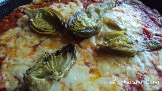 Pizza integrale soffice con farina d'avena. Buona, croccante e leggera, questa è la pizza integrale che vi propongo oggi, provare per credere.La Cucina Sana
