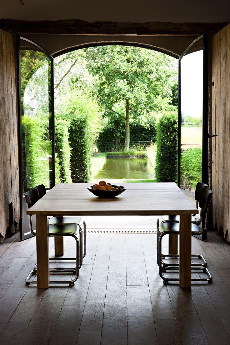 Vakantie in eigen huis! Deze grote eettafel heeft een prachtig uitzicht op de grote tuin!