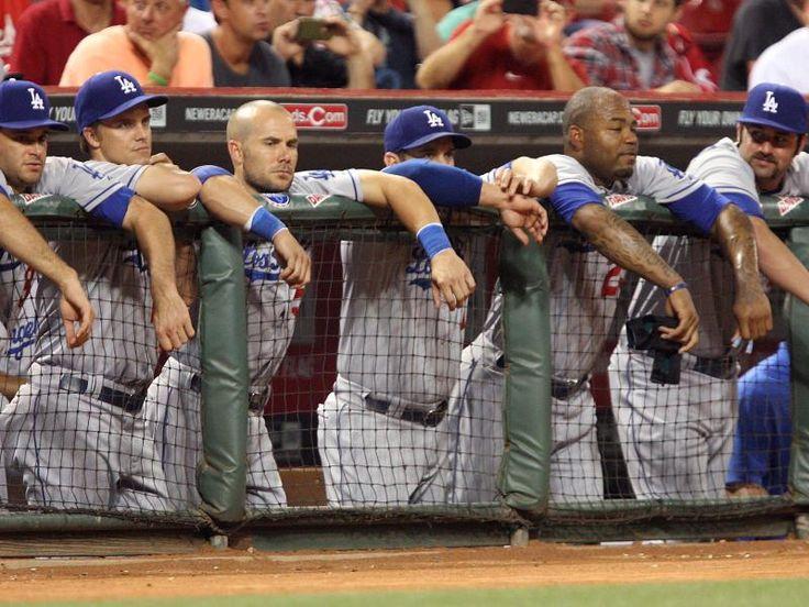 Die Baseballer der Los Angeles Dodgers lehnen gelangweilt am Spielfeldrand. Ihr Team kassierte eine klare Niederlage bei den Cincinnati Reds. (Foto: Mark Lyons/dpa)