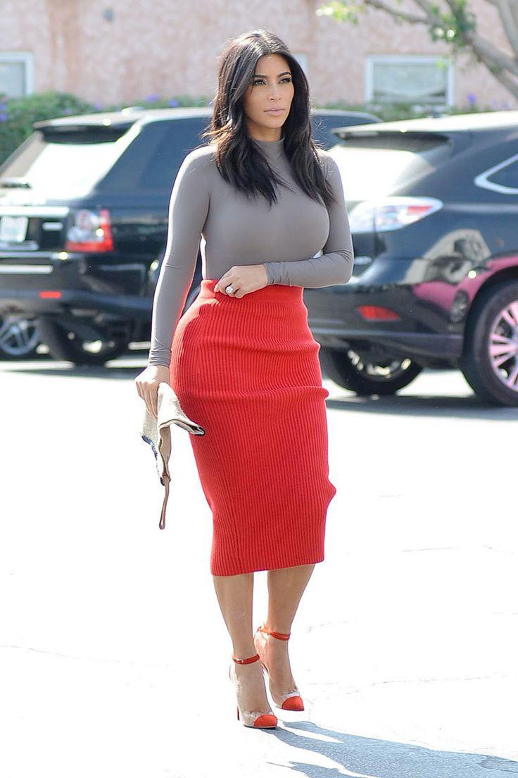 Acheter la tenue sur Lookastic:  https://lookastic.fr/mode-femme/tenues/pull-a-col-roule-gris-jupe-crayon-en-tricot-rouge-escarpins-en-daim-rouges/13929  — Pull à col roulé gris  — Jupe crayon en tricot rouge  — Escarpins en daim rouges