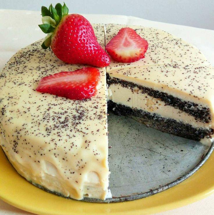 Maková torta bez múky 😉 Korpus: 8 vajíčok 150 g práškového cukru 160 g mletého maku 50 g nastrúhaného jablka štipka soli Krém: 400 g bielej čokolády 500 g tvarohu 250 g mascarpone 80 g medu kôra z 2 citrónov Poleva: 60 ml smotany na šľahanie (33 %) 150 g bielej čokolády 30 g celého maku na ozdobu Postup korpus: Žĺtky s práškovým cukrom vyšľaháme do svetlej a nadýchanej peny. Do žĺtkovej zmesi pomocou silikónovej stierky opatrne vmiešame mletý mak. Pridáme najemno nastrúhané jablko. Na…