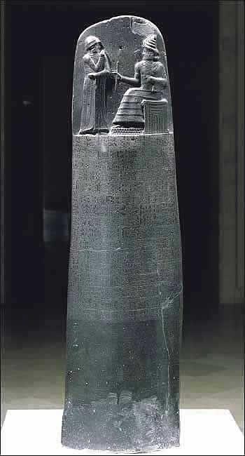 Hammurabi I to szósty król I dynastii królów babilońskich. Panował w okresie 1792-1750 BC. Był twórcą zbioru praw, tzw. kodeksu Hammurabiego, spisanego na steli okrytej w Suzie. Stella ma ponad 2 m wysokości i wykonana została z diorytu. Jej zwieńczeniem jest płaskorzeźba przedstawiająca boga Szamasza wręczającego Hammurabiemu insygnia królewskie.