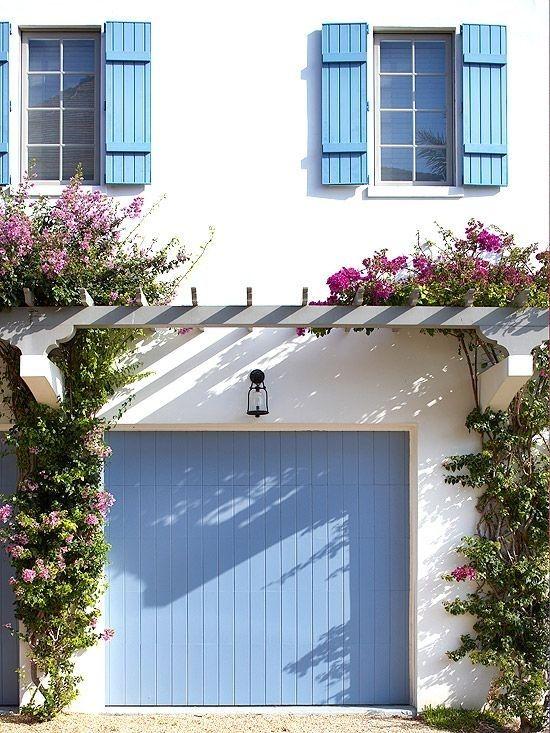 Renove a porta da sua garagem com uma nova camada de tinta. | 42 maneiras fáceis e inteligentes de esconder as coisas feias da sua casa