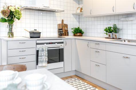 Dimma en modern ljusgrå kökslucka - HärjedalsKök