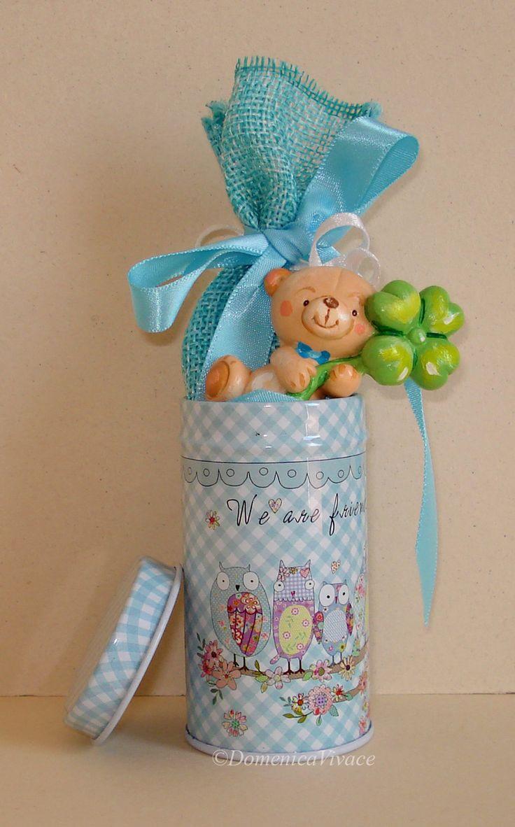 Bomboniera nascita/compleanno orsetto in gesso magnete, dipinto a mano, con scatolina in metallo completa di sacchetto porta-confetti confezionato a mano.