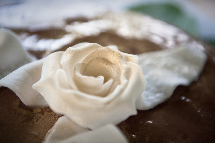 My ecological and shabby wedding cake by Ecosposi -detail of a fondant rose -  This wedding chocolate cake is 100% vegan so this makes it 100% cruelty free   www.ecosposi.it  www.youtube.com/ecosposi