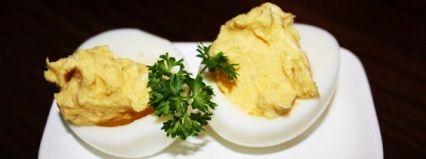 Egg er godt og populært. Og når du gjør det lille ekstra og blander eggeplommer med diverse ingredienser så kan du fort og enkelt lage noe spennende og kjempegodt som du kan bruke til forretter eller som snacks en lørdags kveld.  Dette er en gammel måte å servere egg på, og den går under mange navn. I Frankrike går de under navnet mimosa, men de er også kjent som russiske egg, keiseregg og i USA for djevelegg. muligens fordi det ofte brukes tabasco i dem.  Her har du den ...