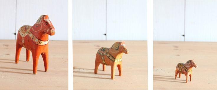 Antieke houten beschilderde Zweedse Dalapaardjes uit Dalarna. Deze set houten paardjes stamt van rond 1900.