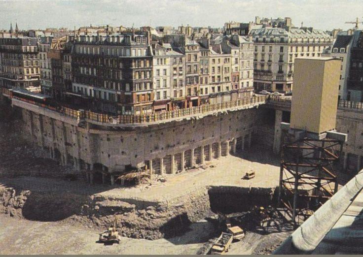 """Le """"trou des Halles"""" vers 1974 avec une vue pour le moins surprenante du square des Innocents et de sa fontaine, en face de la rue Berger...  (Paris 1er)"""