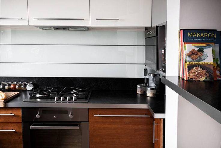 """Kuchnia w kształcie litery """"L"""" subtelnie oddzielona od pozostałych pomieszczeń, mająca jednak charakter otwarty, widoczna z pokoju dziennego. Bardzo ergonomicznie urządzona, minimalistyczna..  Projekt i realizacja MEBLE MERDA Twoje wnętrze, Twój charakter www.meblemerda.pl #wnetrza #meblekuchenne #design"""