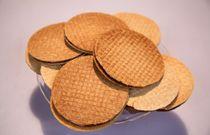 Hollandse koeken. Het begrip koek is lastig te bepalen: van simpel biscuit ('kaakje') tot luxe gevulde deegbollen tot broodachtige versnaperingen. Als je denkt aan de warme bakker, komen de Nederlandse koek-kampioenen vanzelf bij je op: stroopwafels, boterkoek, koffiekoeken, Bossche Bollen, roze koeken, Zeeuwse bolussen, spritsen…hier de recepten!