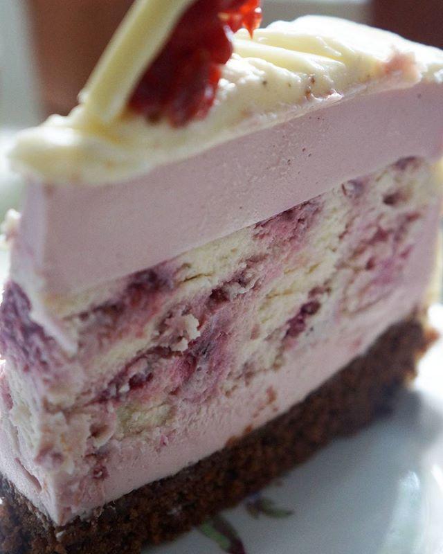 Торт на день рождения тетушки Шоколадный бисквит, чизкейк с малиной, малиновый мусс. Украшение - крем со сливочным сырос и шоколадные конфеты с сушеной вишней Рецепт от прекрасной @alenakogotkova  #торт #шоколад #малина #вишня #на_сладкое #десерт #сливочныйкрем #сливочныйсыр #чизкейк #вкусно #нежныйторт #cake #dessert #chocolate #cherry #raspberry #cream #cheese