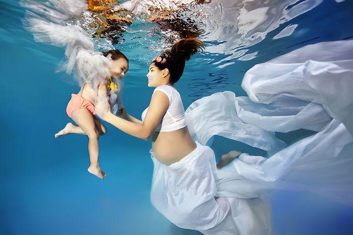 Como ele diz, está transformando suas clientes que serão mamães em verdadeiras sereias nessas fotos que unem leveza, flutuabilidade e liberdade.