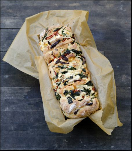 Bread with spinach, feta cheese and sundried tomatoes. (In norwegian)