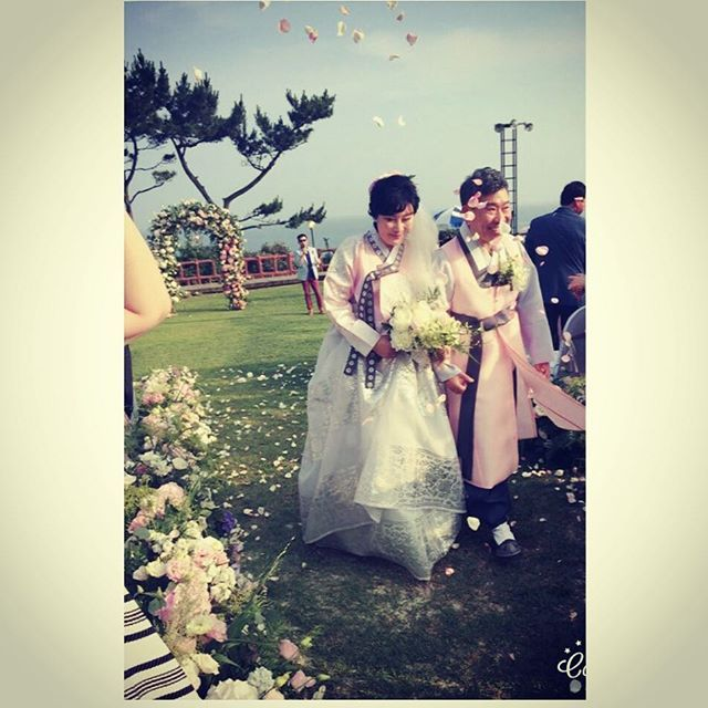 Remind #wedding to commemorate their 30th #anniversary. What a beautiful couple!❤️❤️❤️#mycustomers#jejuisland #jeju . . . . . #hanboklynn#한복린#리마인드웨딩#30주년#30주년결혼기념일 #제주#아름다운커플#한복#30주년#hanbokkorea#RemindWessing