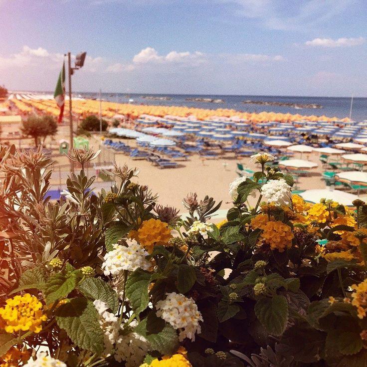 Scorci estivi sulla riviera. #romagna #Bellaria #mare #spiaggia #rimini #riviera #italy #sole #caldo #emiliaromagna #costaromagnola #adriatico #adriaticsea #ospitalità #bagni #instagram #bancacarim