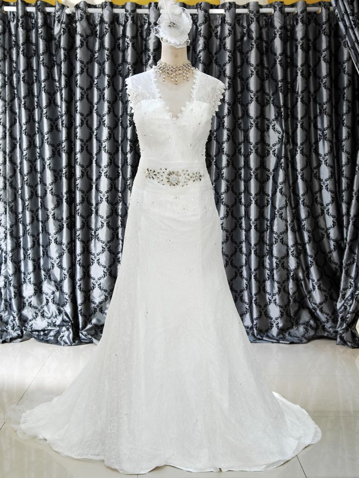 Mermaid 153-173  Gaun Wedding Model Sabrina Mermaid Ekor Warna BW, dengan resleting serta belakang backless Ukuran M Harga Rp 3.850.000.-