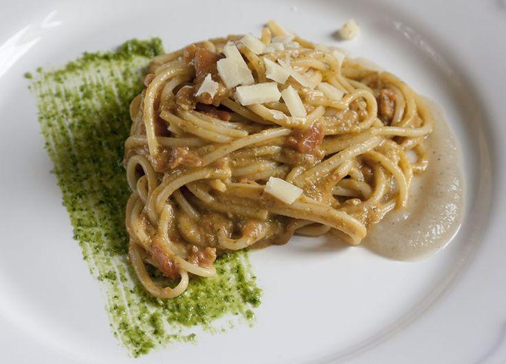 Spaghetti con salsa di pomodoro fresco, melanzane e pesto per MTC#48   La pagnotta innamorata