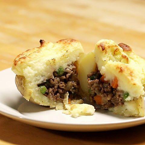 Shepherd's Pie Stuffed Potatoes Recipe...Smager så lækkert.lavede en grøn salat ved siden af,det gik rigtigt fint sammen.Dog synes jeg kødet trænger til et lille boost af ekstra krydderi,men det er jo noget man selv kan smage til....Berit