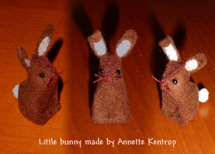 Klein vilten konijntje. Gemaakt en ontworpen door Annette Kentrop.....patroon zal ik later op internet zetten.    Staat inmiddels op internet en is te vinden onder : http://pinterest.com/pin/462252349223232754/