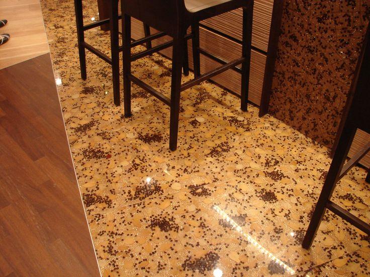 Dettaglio del pavimento. I pannelli sono realizzati in laboratorio utilizzando resina epossidica trasparente. La superficie è resistente al calpestio e può essere rilucidata. Le dimensioni sono personalizzabili. Qualsiasi oggetto può essere inglobato, in modo da realizzare un pavimento in sintonia con le richieste del cliente.