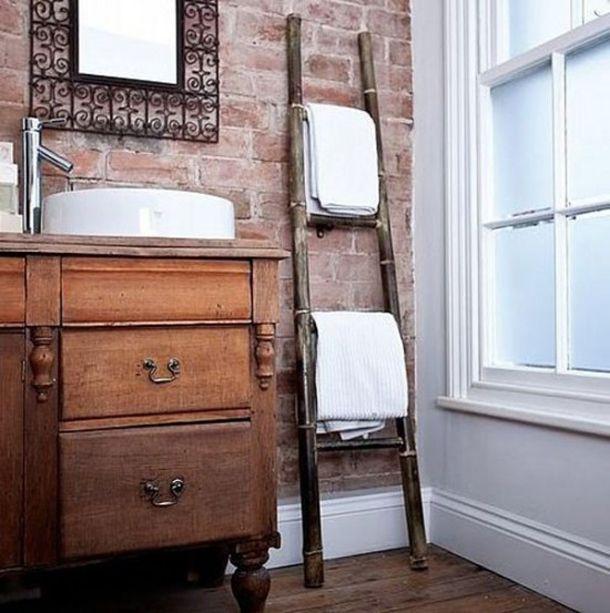 Een van mijn woonobsessies is een bakstenen muur in de woonkamer. Het doet me altijd denken aan een New Yorkse loft. Een bakstenen muur staat echter niet alleen mooi in de woonkamer. Wat dacht je van in de badkamer of juist in de keuken?