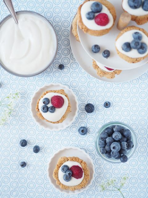 Sommer-Törtchen mit Joghurt und frischen Beeren | scones & berries