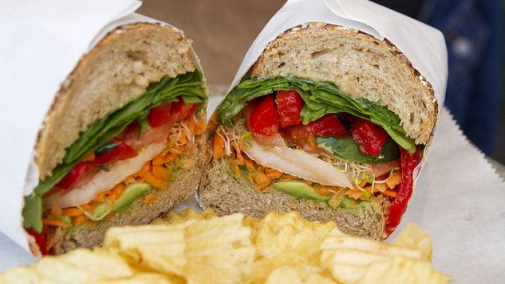 Panino vegano con verdure e hummus, panino vegano semplice e sfizioso