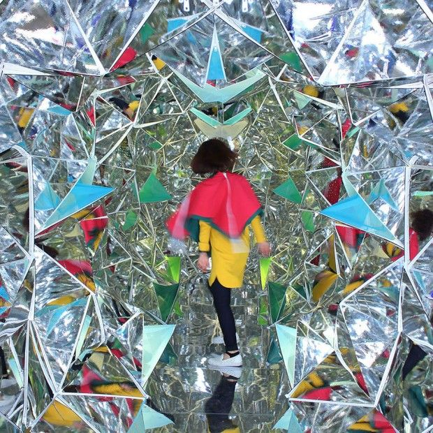 Ce kaléidoscope géant a été construit à l'intérieur d'un conteneur d'expédition par les designers japonais Masakazu Shirane et Saya Miyazaki.  Intitulée « Wink Space », elle est composée de nombreuses feuilles miroir pliées comme l'origami et connectées les unes aux autres par des fermetures éclair. De cette façon, la pièce psychédélique est interactive et interchangeable. Pour info, ce projet a été réalisé dans le cadre de la Kobe Biennale's Art Container Contest.