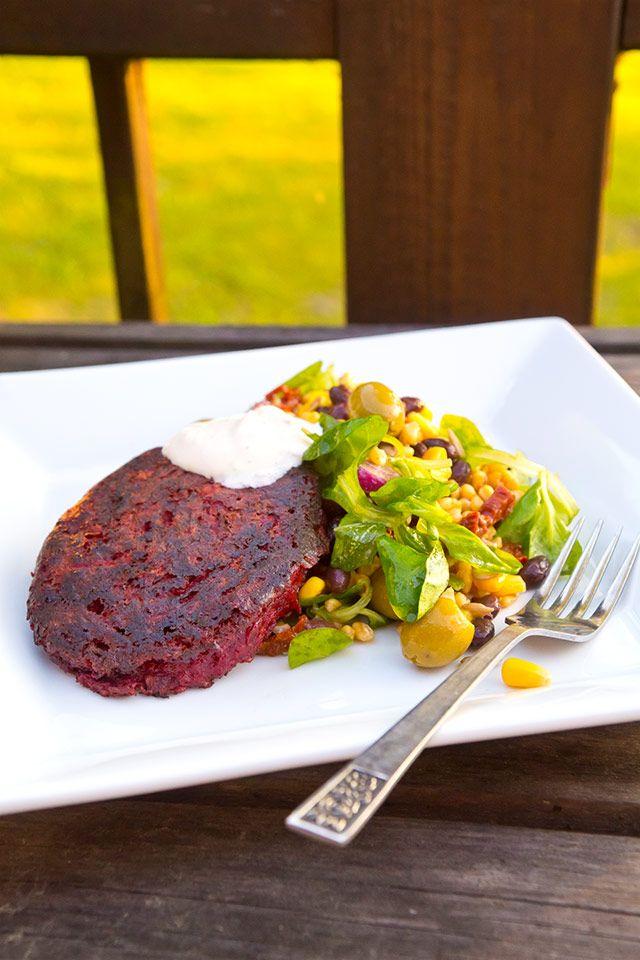 Rödbetsbiffar med matvetesallad och limecreme