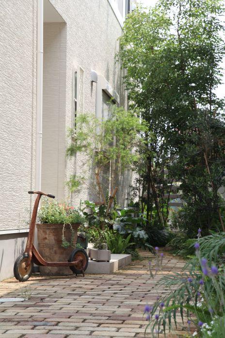 レンガ敷きアプローチ / シェードガーデン / 植栽 Brick approach / Shade Garden / Trees / Plants