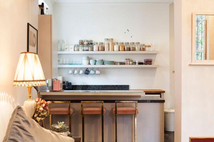 Барная стойка для кухни: материалы, особенности освещения и 75 элегантных интерьерных воплощений http://happymodern.ru/barnaya-stojka-dlya-kuxni-foto/ Эклектичная лондонская кухня со стеклянной поверхностью барной стойки