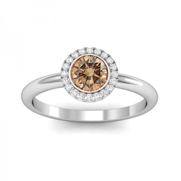 Ein schöner Champagner farbener Diamant mit kleinen Diamanten.  #Haloring #Diamantring #Verlobung #VERLOBUNGSRING.de