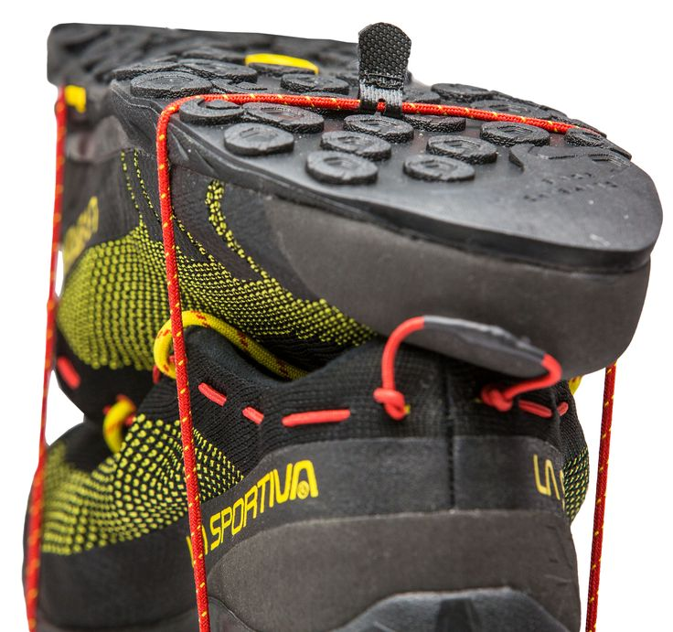 TX2: The lightest shoe in the Traverse X approach series, dedicated to the climbing community, meets the requirements of grip, protection and lightweight, essential for technical approach routes. Designed for multi-pitch routes and for attaching to the harness, thanks to the C2 Combo Cord ™, that allows to hook the shoes to the harness quickly and compactly.