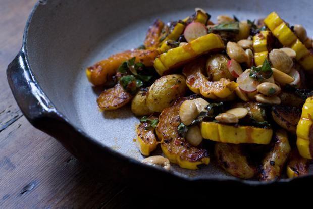 Insalata di zucca arrostoAlternativa vegana al tacchino. La suggerisce «101 Cookbooks» nell'elenco delle ricette per il giorno del Ringraziamento senza carne. Servono zucca, alcune piccole patate, cavolo tritato, ravanelli e mandorle
