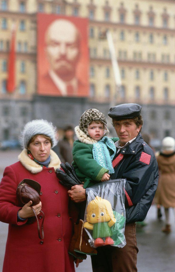 1987. Москва. Красная площадь. Семья позирует на фоне плаката Ленина (на мой взгляд, это на Лубянке)