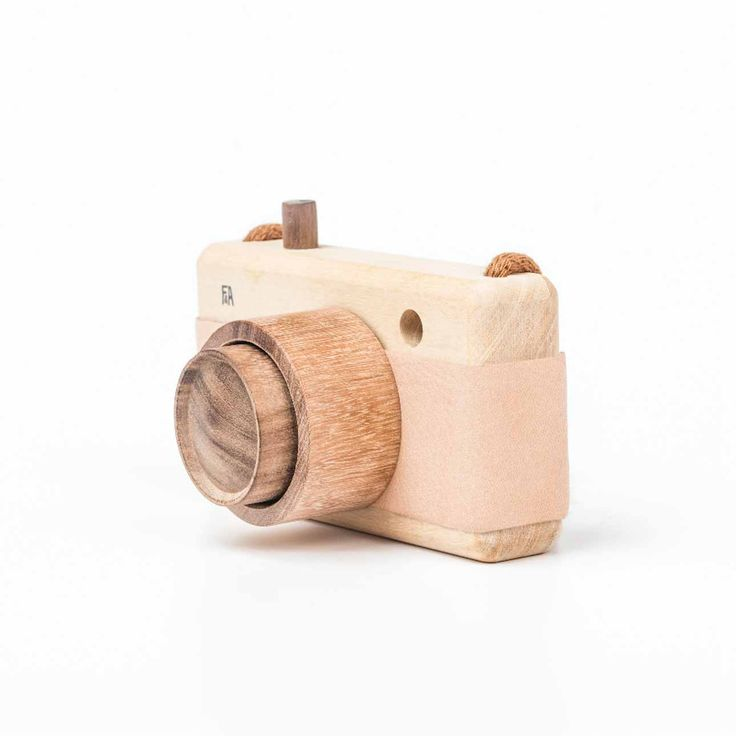 Ist diese wunderbar nostalgische Kamera aus Argentinien nicht zum Verlieben? Mit Ledergriff, Sucher und praktischer Kordel zum Umhängen wird ihr Kind sicher schnell zum leidenschaftlichen Fotografen der Familie. Jede Kamera wird...