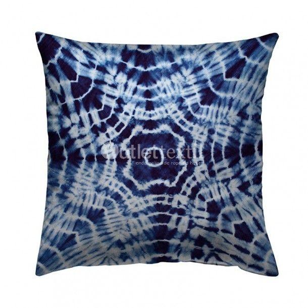 Cojín Decorativo 9105 Zebra Textil. Funda cojín decorativo de estampado digital que forma una especie de flor en tonos azules y blancos. Es ideal para que la combines con la funda nórdica 9005 Zebra Textil.