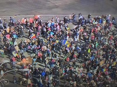 Mii de părinți și copii, la Protestul Copiilor din Piața Victoriei. După amiază, manifestanții vor face un zid în jurul Parlamentului