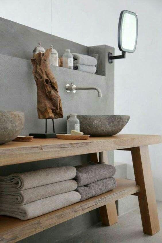 Mariage réussi du béton ciré et du bois pour cette salle de bain au design épuré et nature. D'autres exemples : http://designmag.fr/salle-de-bain/salle-de-bain-en-beton-cire.html