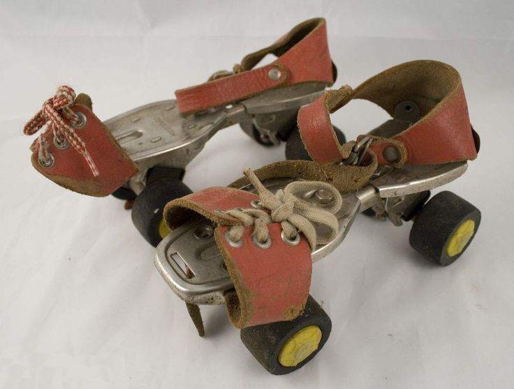 Genau so sahen meine Rollschuhe aus, die dann 'mitgewachsen' sind, weil man sie nach Bedarf auseinander ziehen konnte. Damit haben wir uns dann u.a. auch hinten an die Fahrräder gehängt. Hui ... lach.